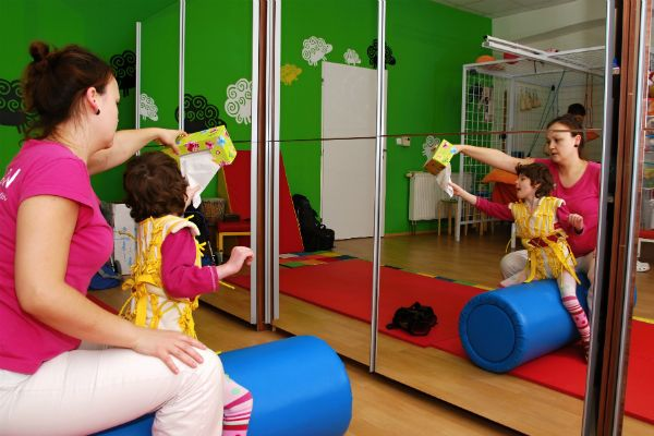 Fyzioterapeuti musí být hodně vynalézaví, protože Anežka se nedá jen tak oblbnout. Prim hrají mobily, trochu kapesníky, ale hlavně pozornost, kterou dostává.