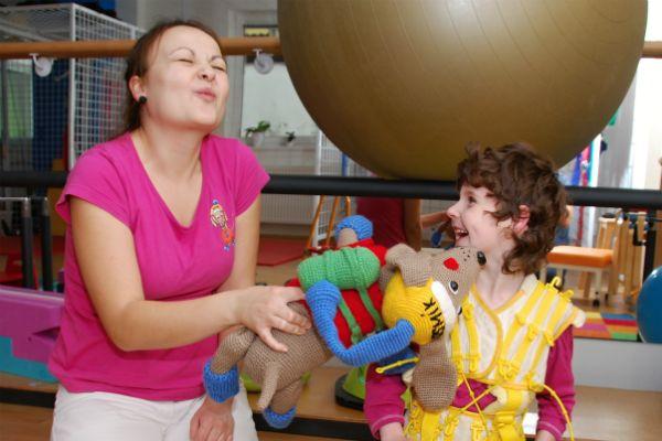 Teta učí Anežku, jak má dávat Kosmíkovi pusinky